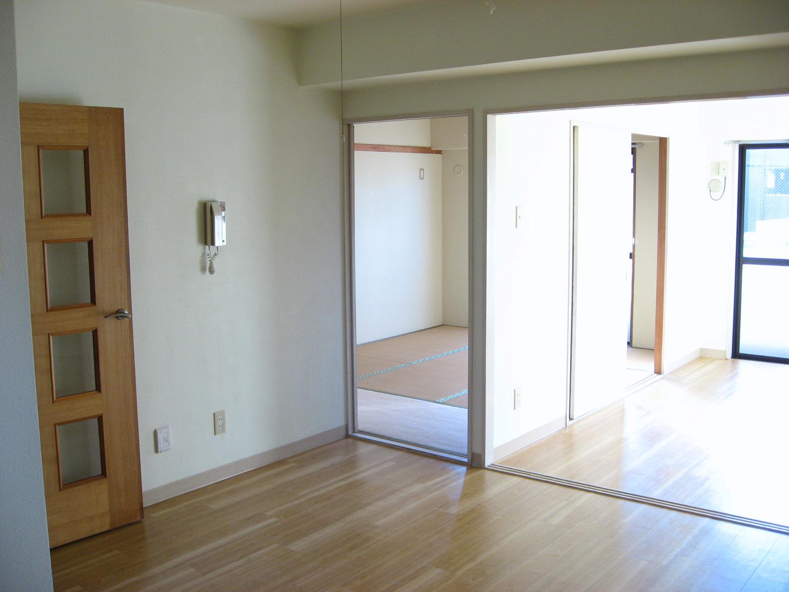 居室・リビング DKから続く明るい洋室・和室方向を望むと・・・。
