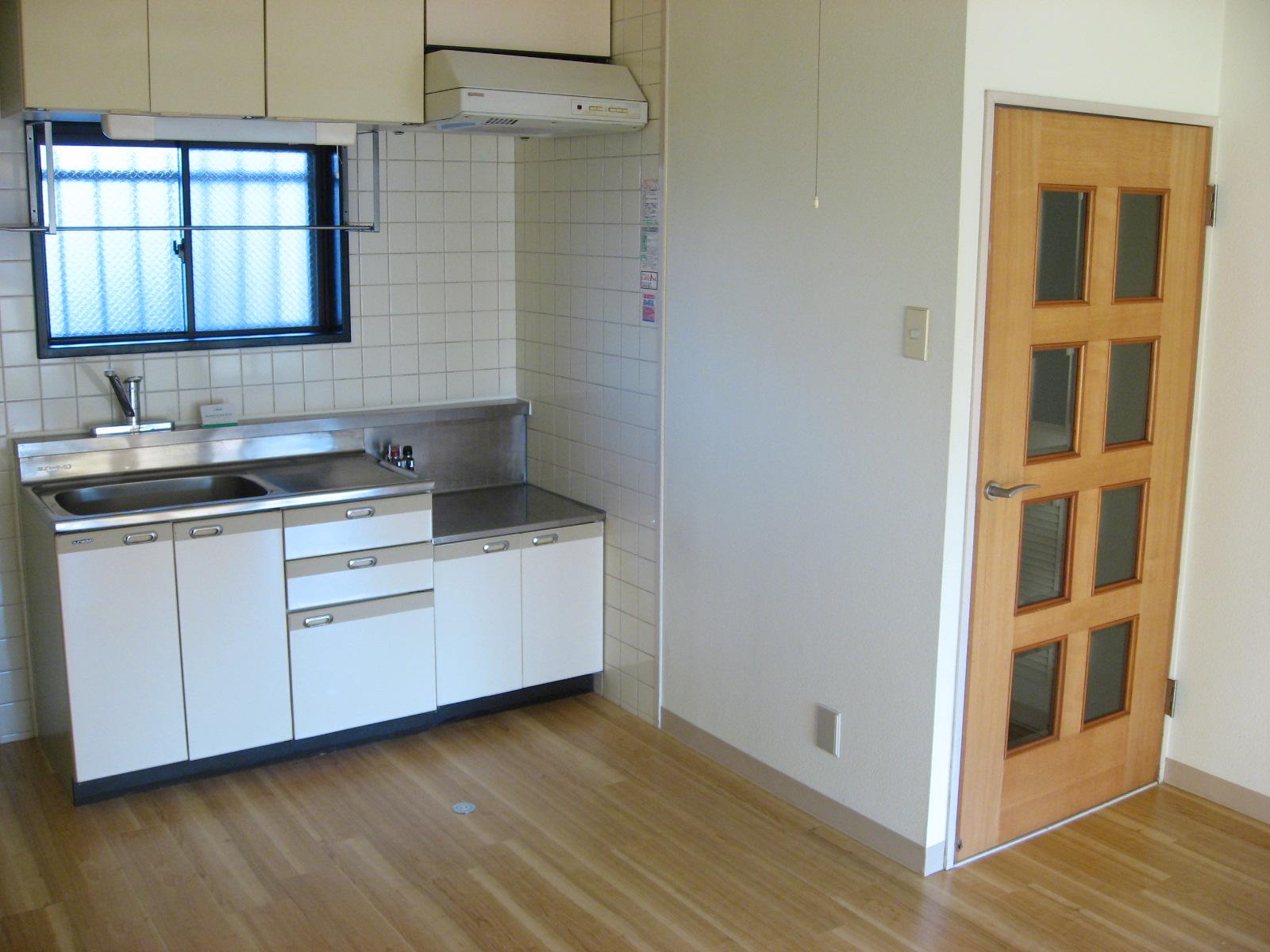 キッチン 嬉しい窓付きキッチンで臭いもこもらず!上下収納あり!