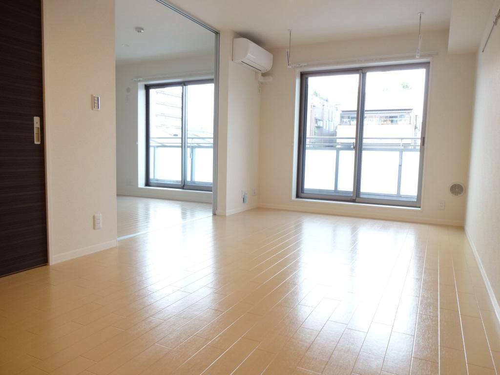 居室・リビング リビング横の洋室とつなげて広いリビングとしても利用可♪