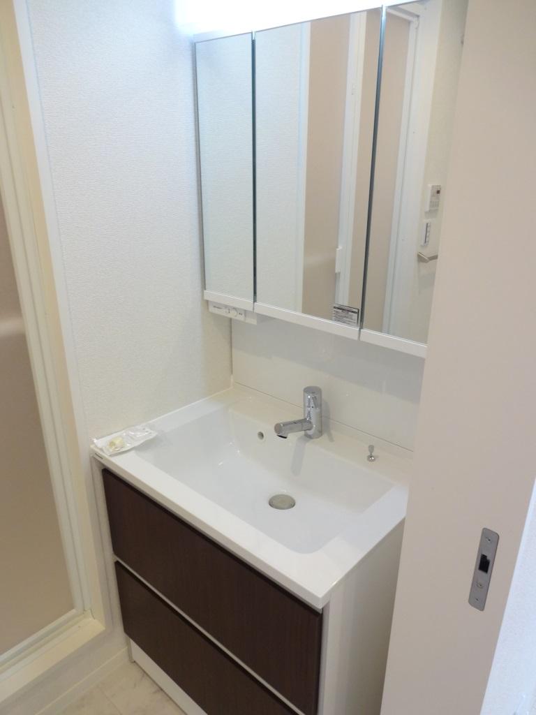 洗面設備 三面鏡とシャンプードレッサー付の洗面台♪