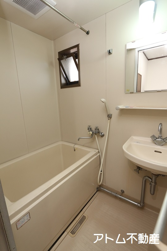 バス・シャワールーム ゆったりとしたバスルーム。物干しもついています。
