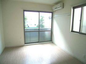 【洋室 角部屋】6.2帖の広さです♪窓2ヶ所あり、風通しよく
