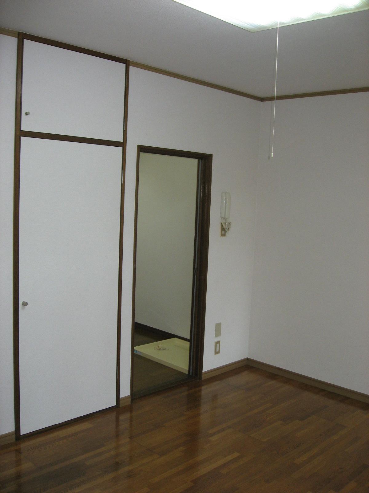 居室・リビング 洋室からキッチン方面を見ると・・・。照明も付いています!