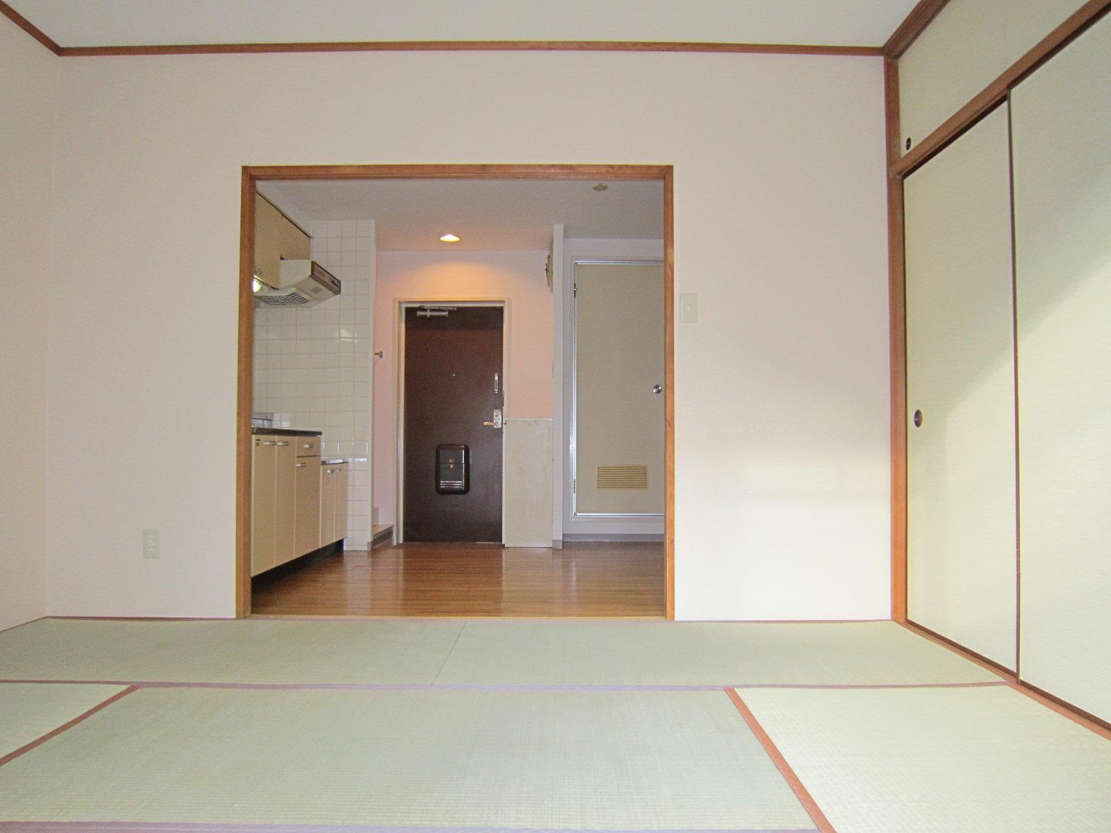 居室・リビング バルコニーより玄関方面(仕切り戸は外してあります)