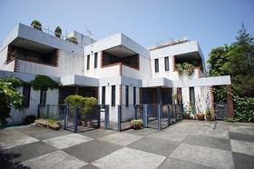 レンガののおしゃれな外観のテラスハウスです!ルーフバルコニー