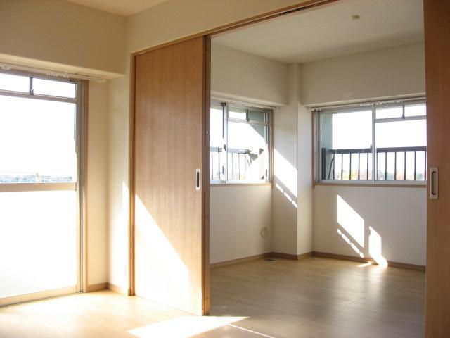 居室・リビング 洋室からリビング方向を見ると・・・。