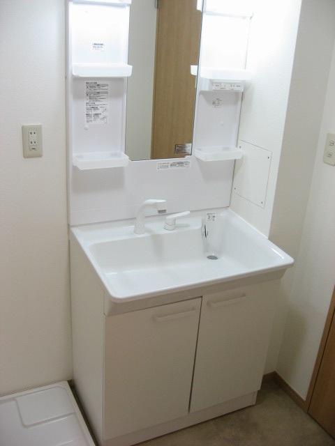 洗面所 広い脱衣所には独立洗面台が!ワイドで使い易いです!