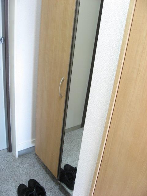 玄関 トール型下足入れに嬉しい姿見鏡が付いています!全身チェック!