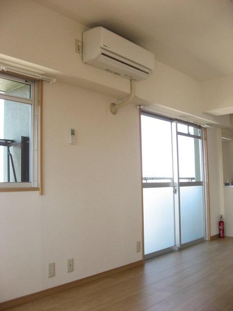 居室・リビング エアコンは西側の壁上部に設置されます!