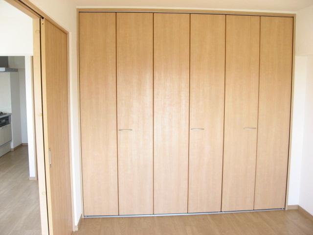 収納 洋室には壁1面に収納扉が並びます!