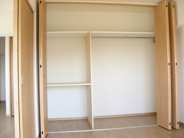 収納 左が棚、右がハンガーパイプ、上は天袋と、豊富な収納量です!