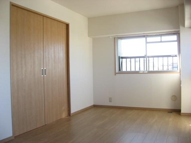 その他部屋・スペース リビングと洋室を隔てるのは建具と同一色の引き戸です!