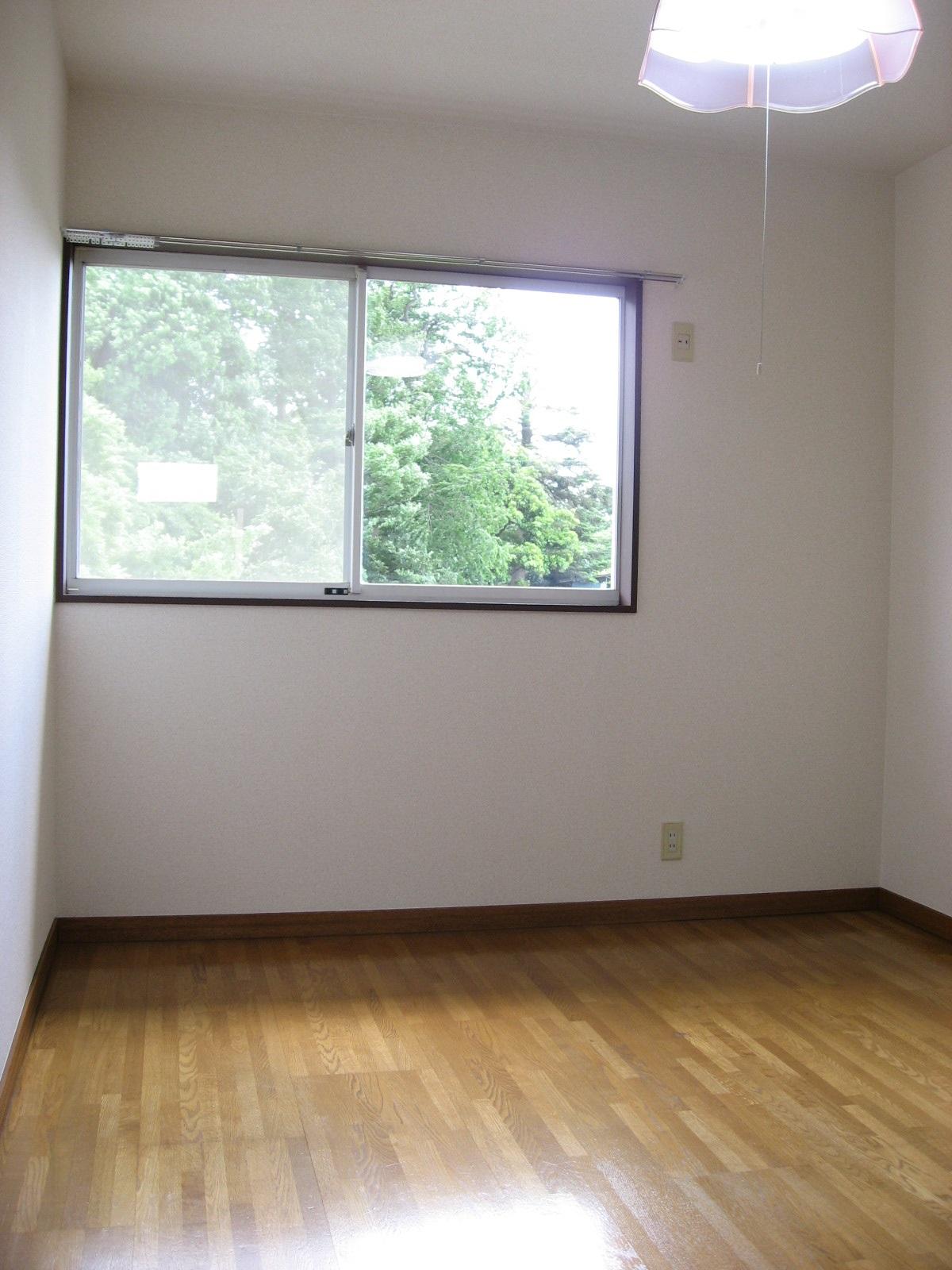 居室・リビング 南向き2階ならではの解放感!窓からの緑が綺麗です!