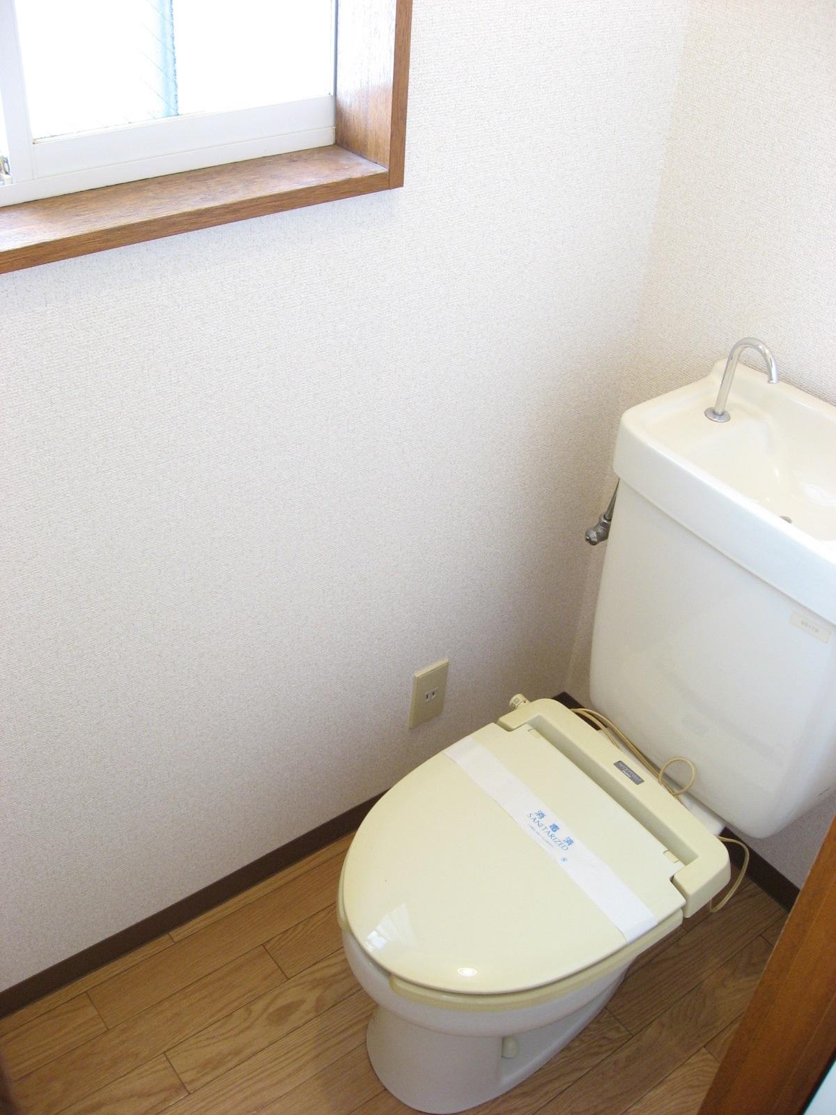 トイレ 窓付きで手洗いタンクもあります!