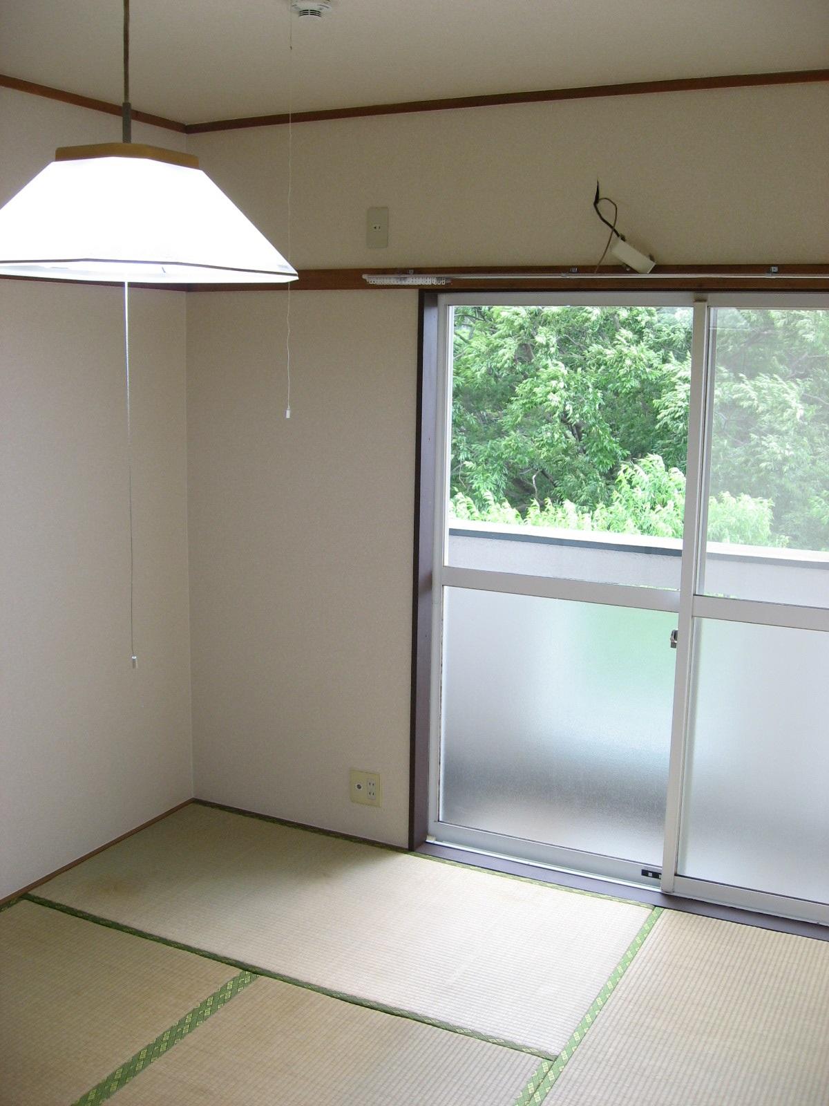 その他部屋・スペース 和室に南向きバルコニーがありその向こうにも緑が・・・。
