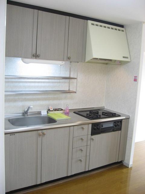 キッチン 上下の収納・3口コンロでお料理も楽々!
