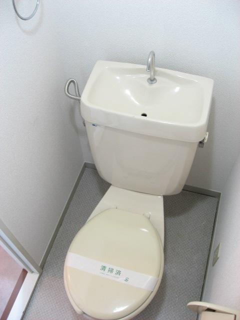 トイレ 手洗いタンク付きです!ペーパーホルダーとタオルリングも。
