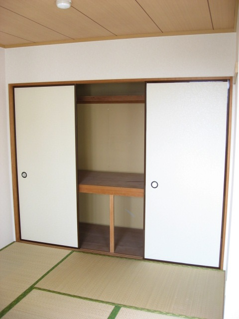 その他部屋・スペース リビングの横には和室が。ゴロっと昼寝も出来ます!