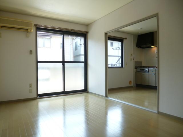 居室・リビング 南向きの明るい洋室です!エアコン付きです!