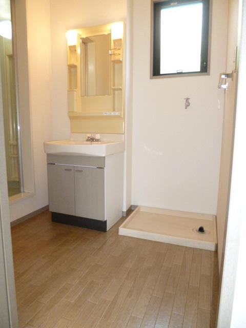 洗面設備 窓付きの広い脱衣室です!室内洗濯機置場です!