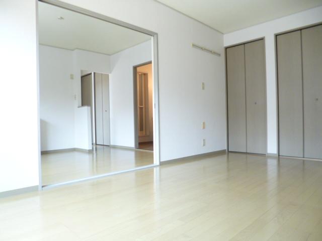居室・リビング 洋室からDK方面を望むと・・・。