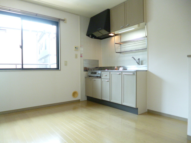 キッチン すぐ横に大きな窓があり換気も十分です!