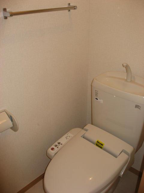 トイレ ウォシュレット付トイレ。手洗いタンクも付いてます!