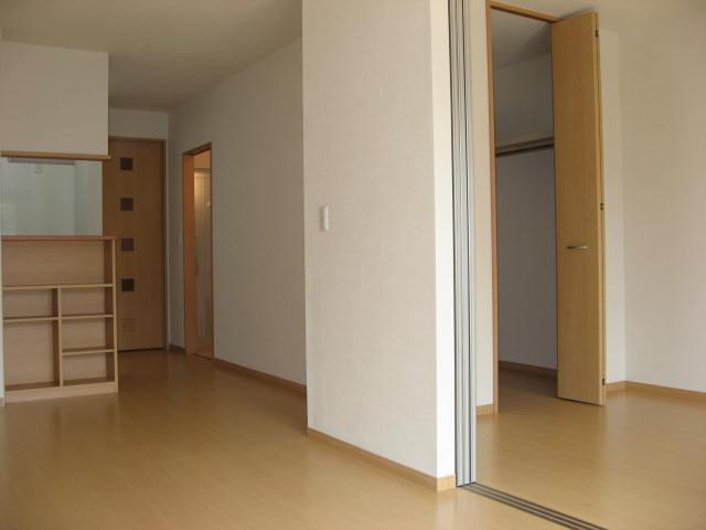 その他部屋・スペース バルコニー側より居室内を望むと・・・。