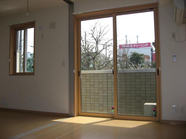 バルコニー リビングは掃出し窓、洋室は腰窓となっています!