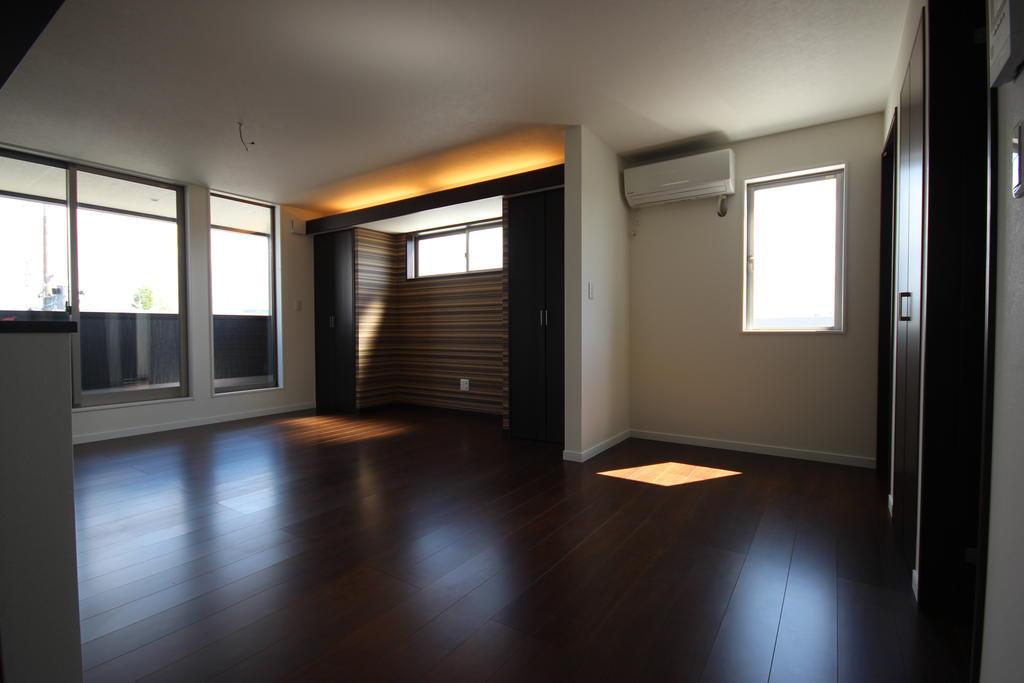 居室・リビング 間接照明付きのモダンな内装