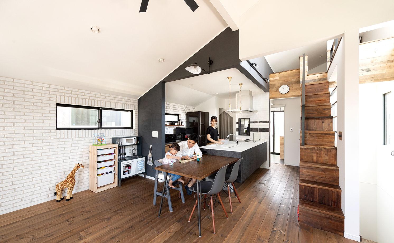 【2000~2500万円】古材や無垢材でアンティークな階段調の棚も造作。カフェみたいなリビングで暮らす家画像1