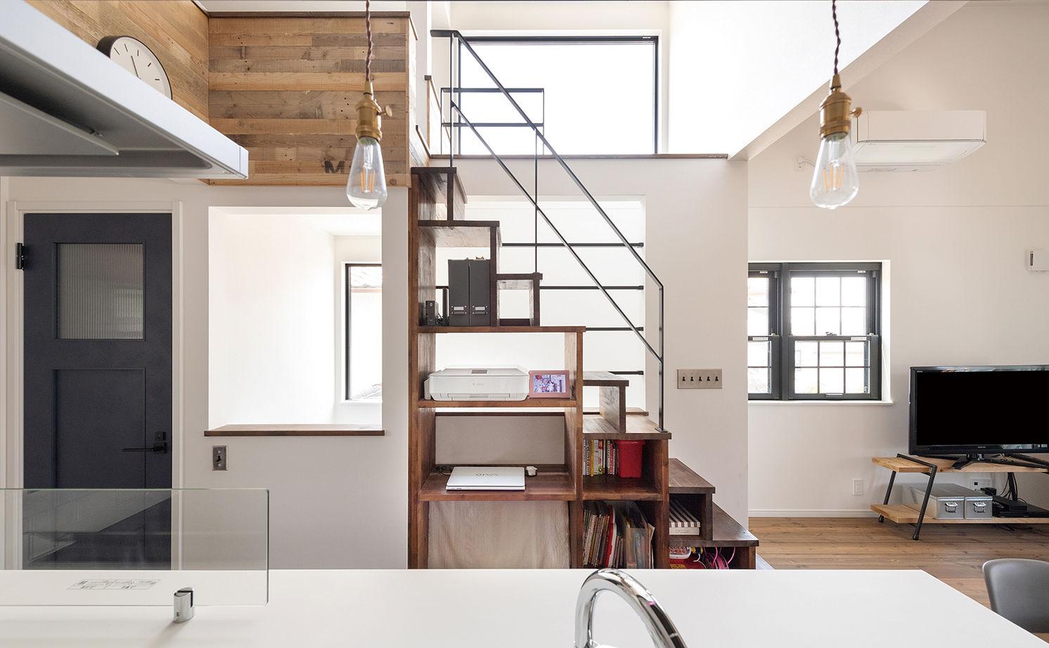 【2000~2500万円】古材や無垢材でアンティークな階段調の棚も造作。カフェみたいなリビングで暮らす家画像3