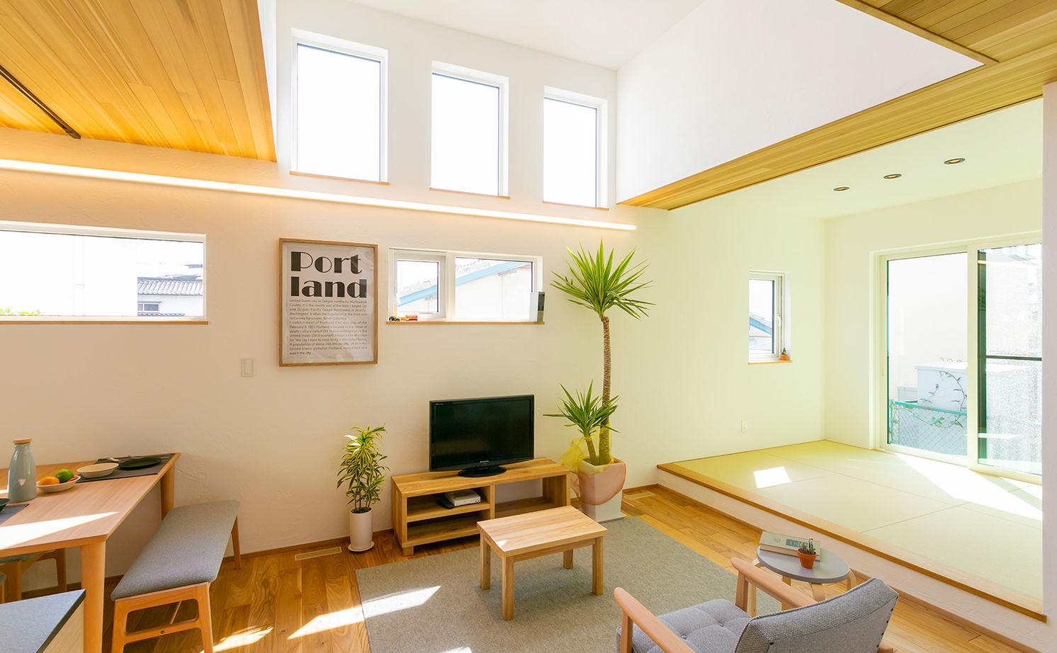 約40坪の変形地を有効利用。国産ニレ無垢材・塗り壁の外壁で大人シンプル。ハーフ吹き抜けで小屋裏を設置画像1