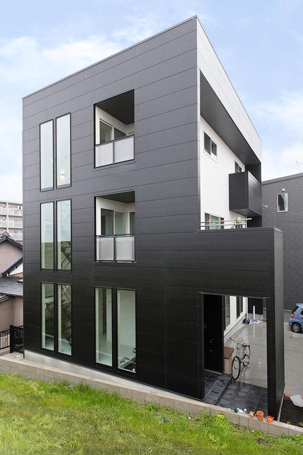 階段横のスリット窓がインパクト大。細かいデザインまでこだわったスタイリッシュな三階建ての家画像1