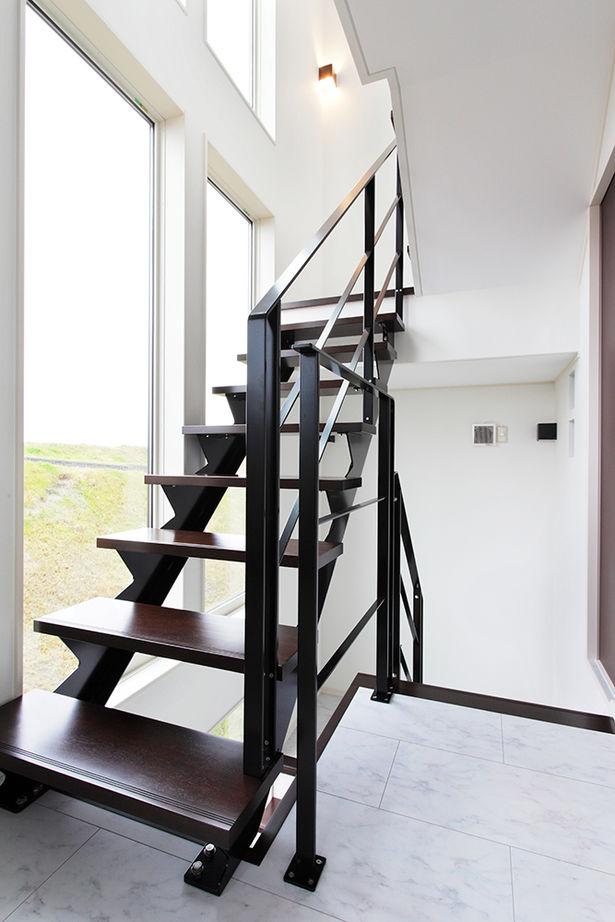 階段横のスリット窓がインパクト大。細かいデザインまでこだわったスタイリッシュな三階建ての家画像2