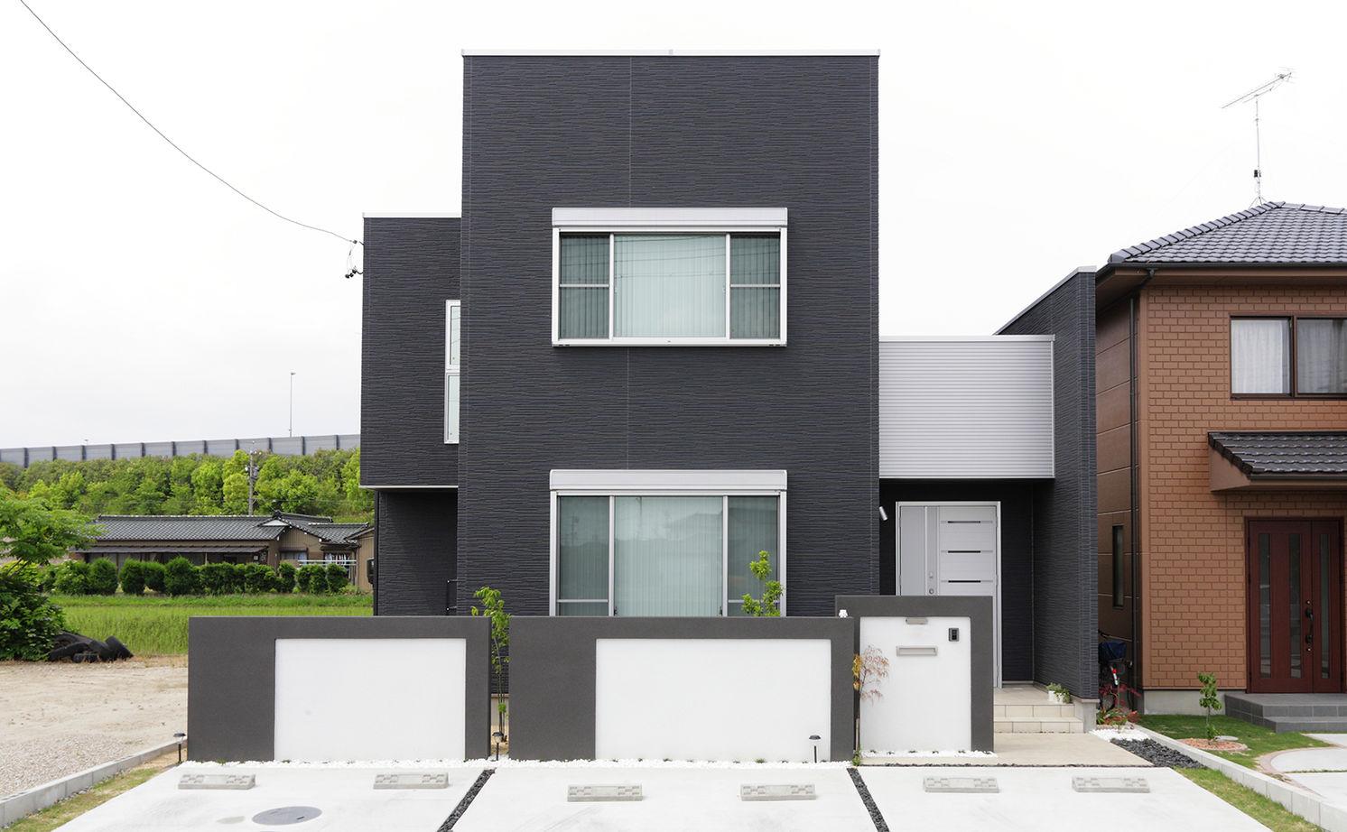 まるでバーのよう。ツートンカラーの外観や、黒を基調としたリビングがクールな家。大きな窓からの採光も◎画像3