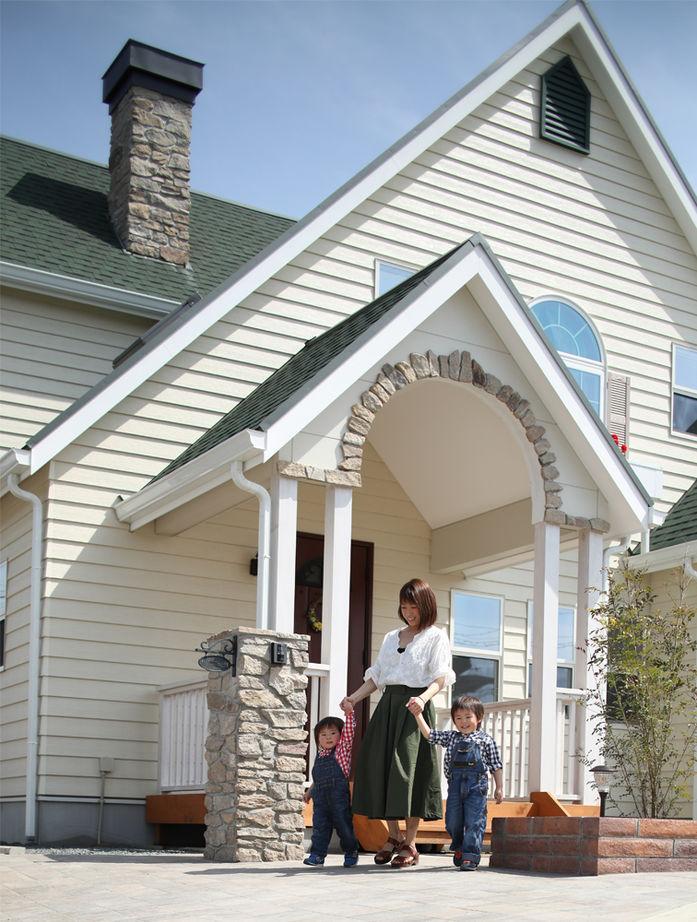 暮らしを彩る大好きなデザイン。青空と花が似合う三角屋根のラップサイディングの家画像2