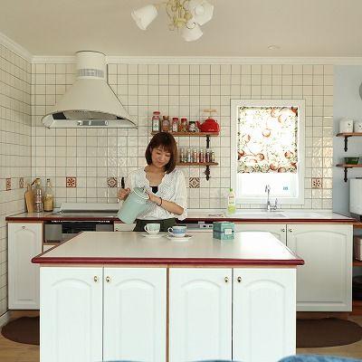 暮らしを彩る大好きなデザイン。青空と花が似合う三角屋根のラップサイディングの家画像3