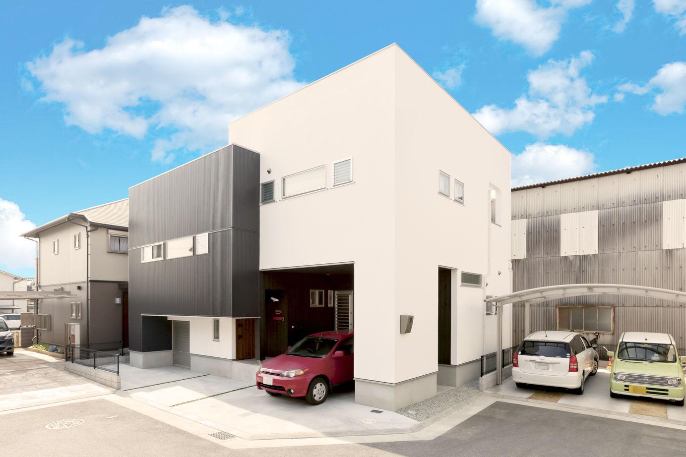 白×黒のシンプルモダンな外観。5層構造のスキップフロアとインナーガレージのある家!画像1