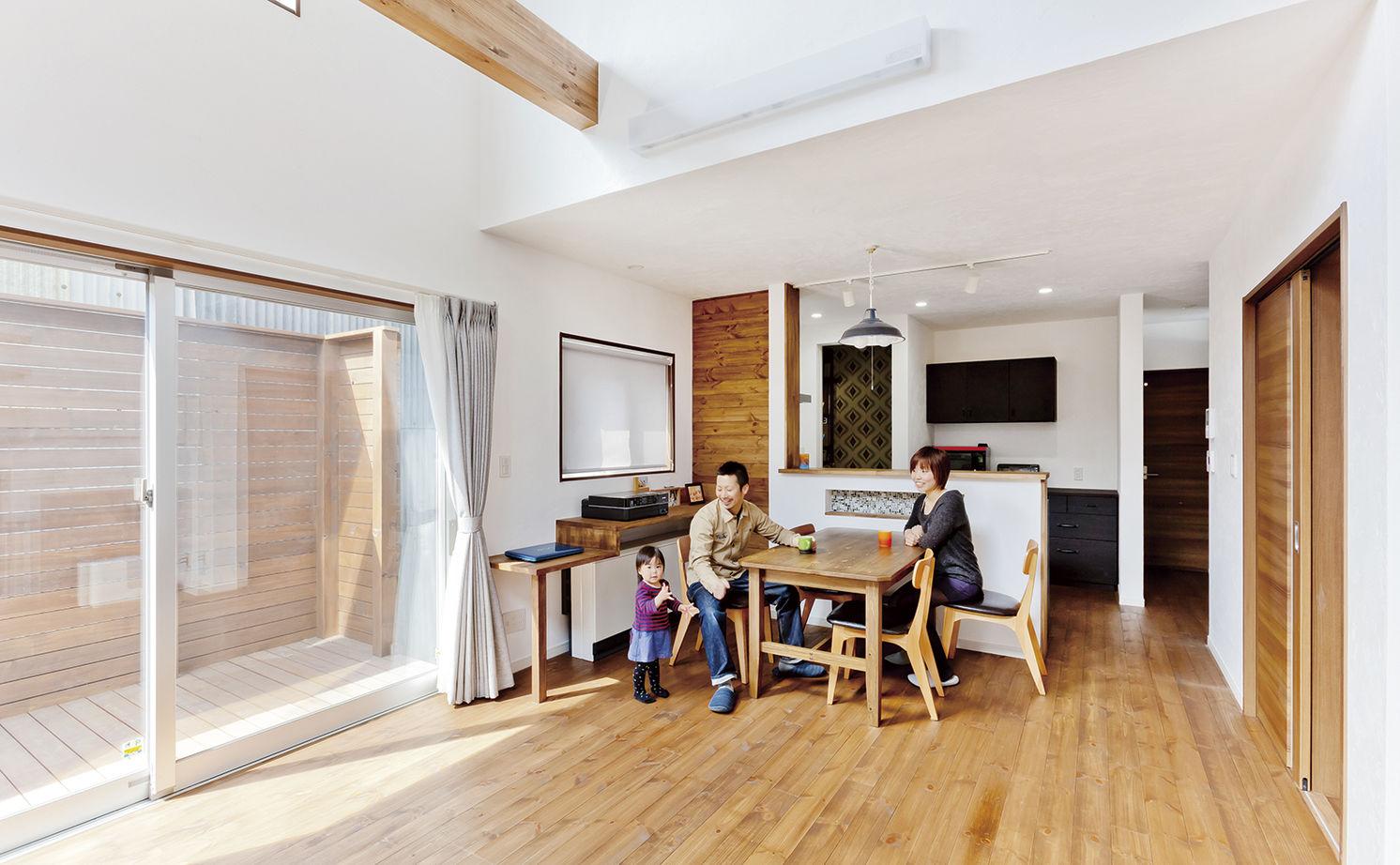 白×黒のシンプルモダンな外観。5層構造のスキップフロアとインナーガレージのある家!画像2