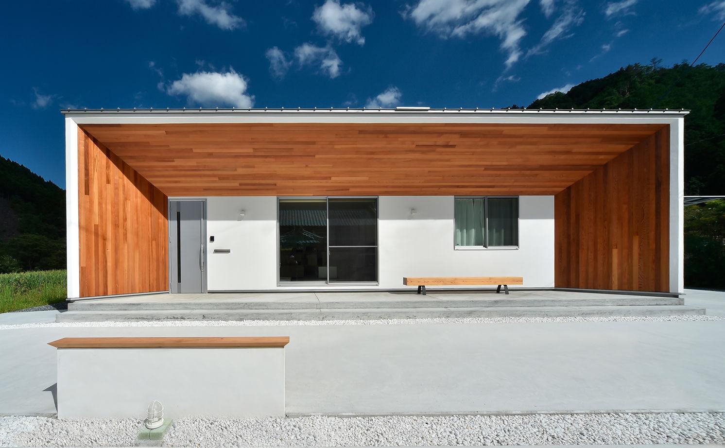 真っ白な住まいのアクセントは樹齢300年の杉や四方無地のヒノキ。材木屋さんが三重の木で建てたモダン平屋画像1