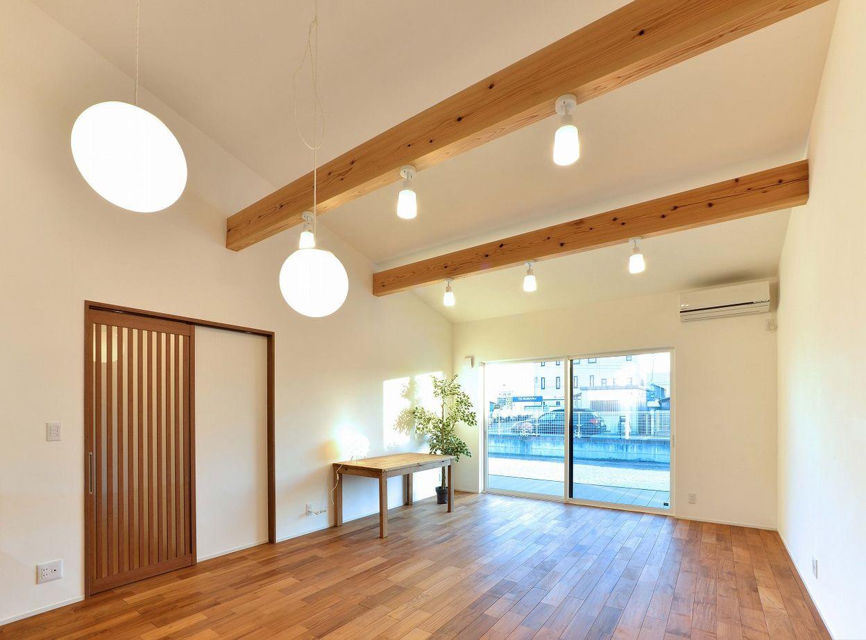【本体価格2300~2400万円/約34坪/平屋】シックな外観に明るい室内。対照的なコントラストが印象的な平屋画像2