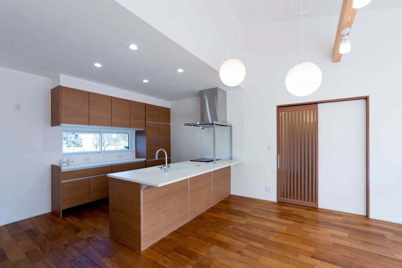 【本体価格2300~2400万円/約34坪/平屋】シックな外観に明るい室内。対照的なコントラストが印象的な平屋画像3
