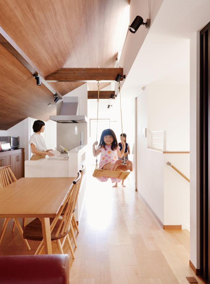【1500~1999万円】「リビングでブランコ」「屋上で花火鑑賞」「家族のカウンター」住まいが遊びの空間に画像1