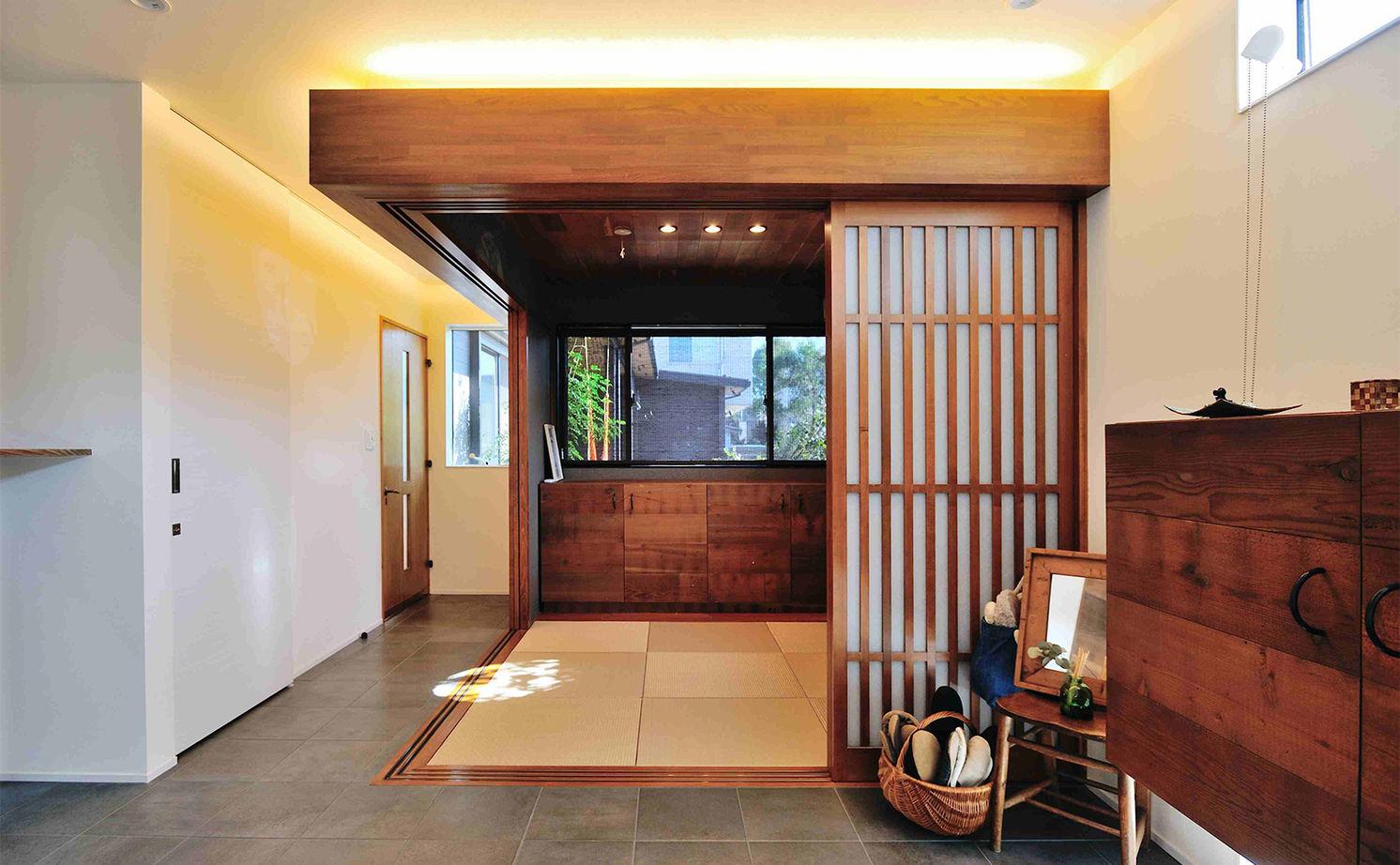 【7000万円/3台分のビルトインガレージ/薪ストーブ/広い庭】アンティークと長年使った家具がなじむ家画像3