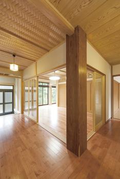 """縁側で感じる和の風情。大工の高い技術と良質な無垢材のコラボレーションで生まれる""""本格""""日本家屋画像3"""