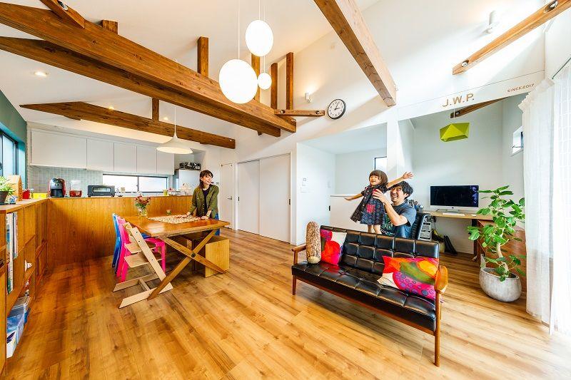 リビングからキッチン方向を見たところ。キッチンとダイニングを仕切る木製の棚と、窓際の書棚はチーク材でできており、このスペースに合わせてオーダーしたもの。自然な雰囲気のインテリアにぴったりだ