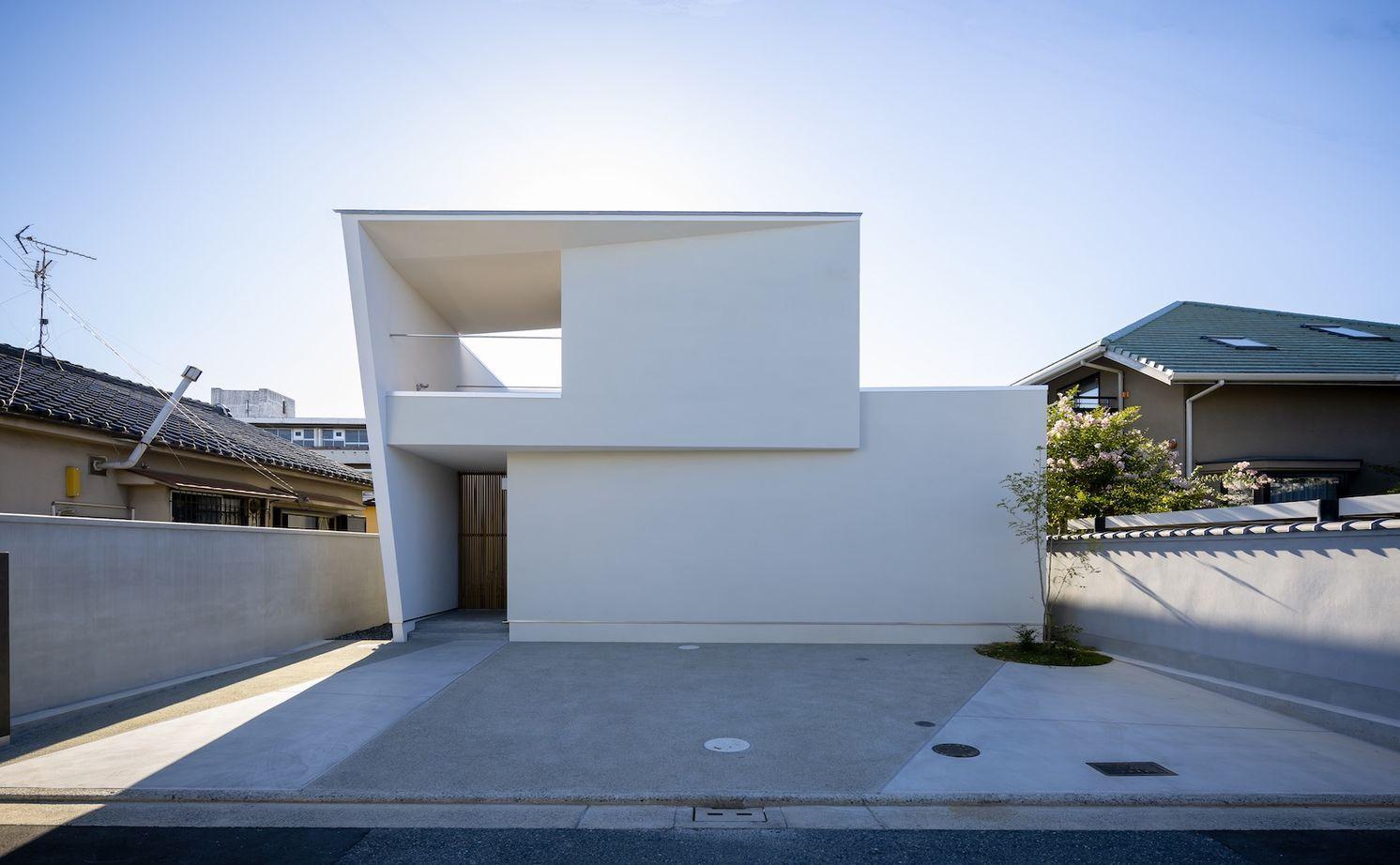 「矩形の家」 広く開放的なエントランスと大きな壁面収納 自然のやわらかい光と風を取り込む中庭のある家画像1