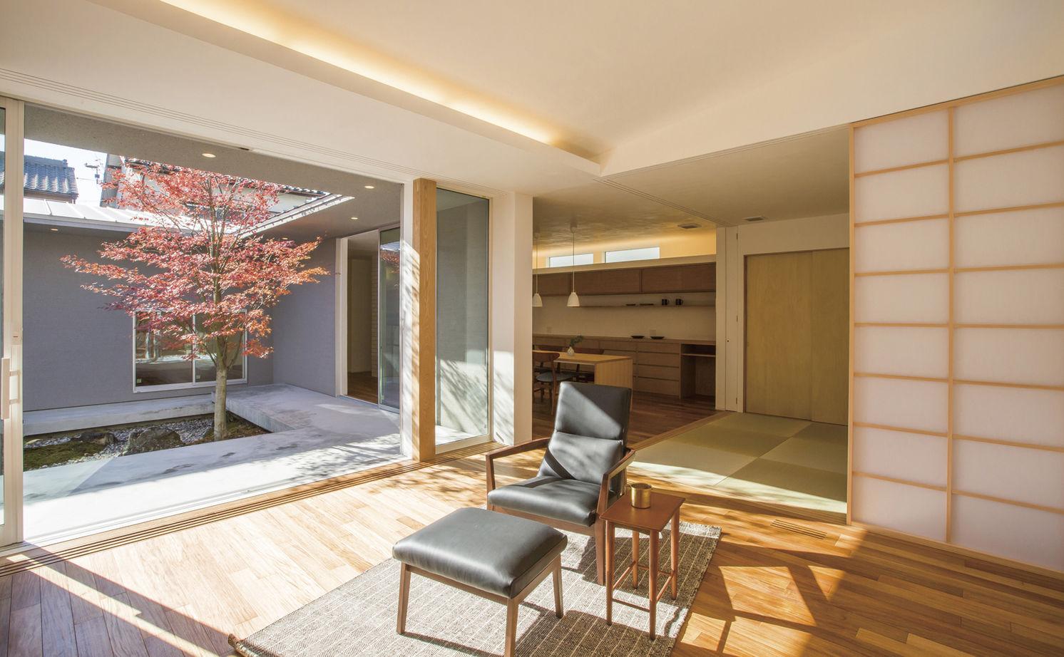 住宅地の中でも、季節とゆっくりした時間を感じて。二世帯の住まいを快適にしたシンプルデザインの平屋画像2