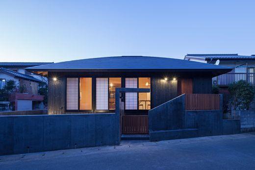 【2500万円/和モダン】焼き杉のかっこいい外観と、天然木材の色味・優しい日差しにあふれた平屋住宅画像1